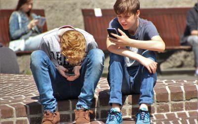 El contrato que los padres deberían exigir a sus hijos para tener un móvil